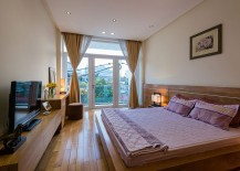 Wooden-bed-and-headboard-in-the-modern-bedroom-feel-like-an-extension-of-the-floor-217x155