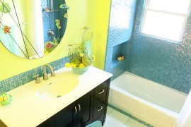 Yellow and blue create a colorful and modern kids' bathroom