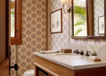 Another beuatiful tropical bathroom where wallpaper sets the mood