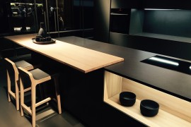 Black coupled with light wooden tones inside the Kitchen from Dica