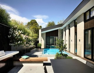 Picturesque Aussie Home Wraps Itself Around a Relaxing Central Courtyard