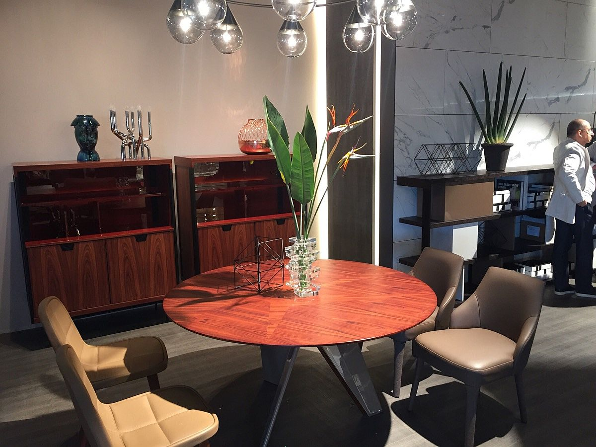 Circular dining table saves up on space – CASA International at iSaloni 2016