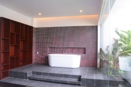 Glass wall for the bathroom brings the greenery inside