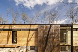 Raw steel elements coupled with soft wooden finishes give the exterior of the cottage a unique look