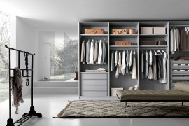 Spacious central area and a series of exqusite open and closed units craft a brilliant walk-in wardrobe