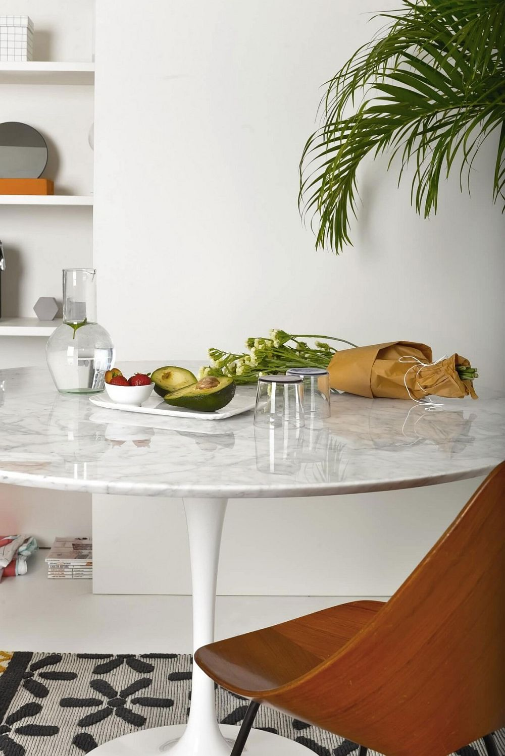 Tulip table with marble top inside the chic Milan apartment