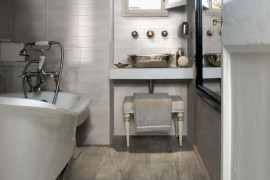 Wood-effect porcelain for the powder room