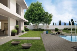 Wood-effect porcelain tile for the outdoors