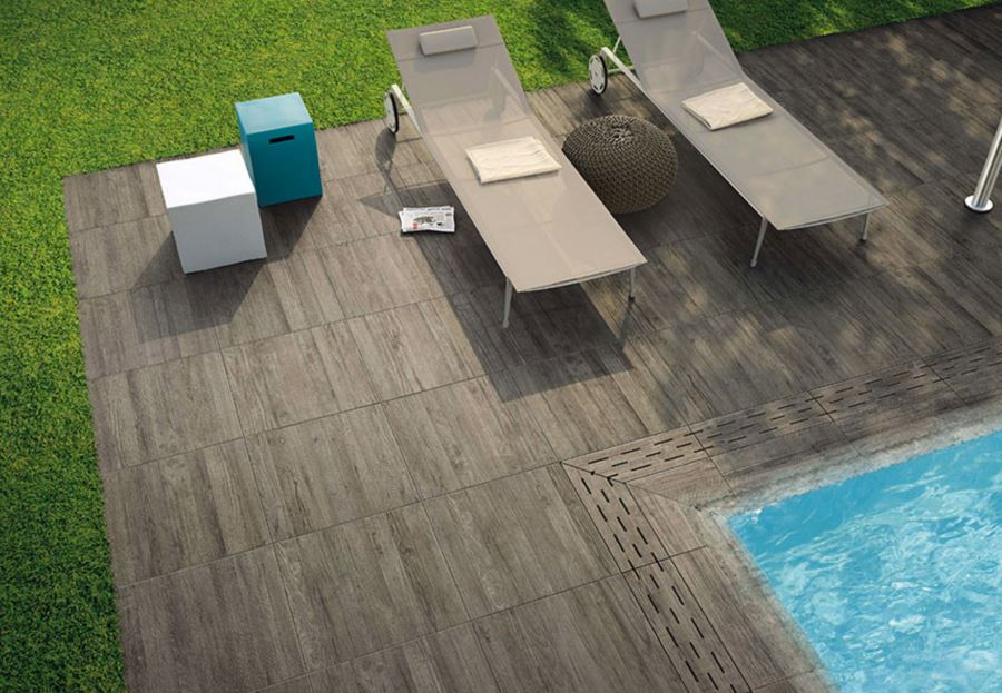 Wood-effect tiles for the pool area