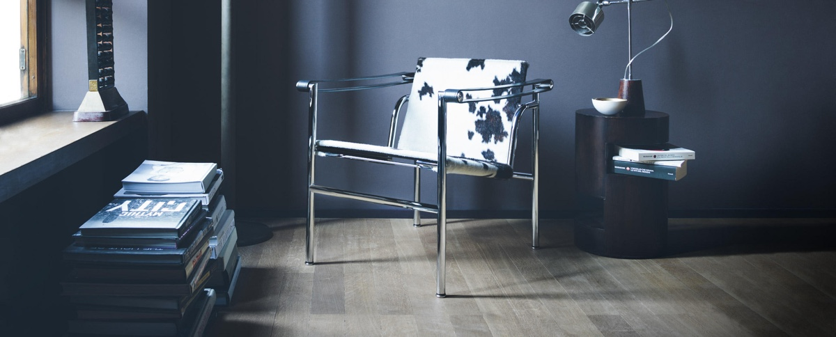 The LC1. Designed in 1928 by Le Corbusier, Pierre Jeanneret and Charlotte Perriand. Image © Cassina.