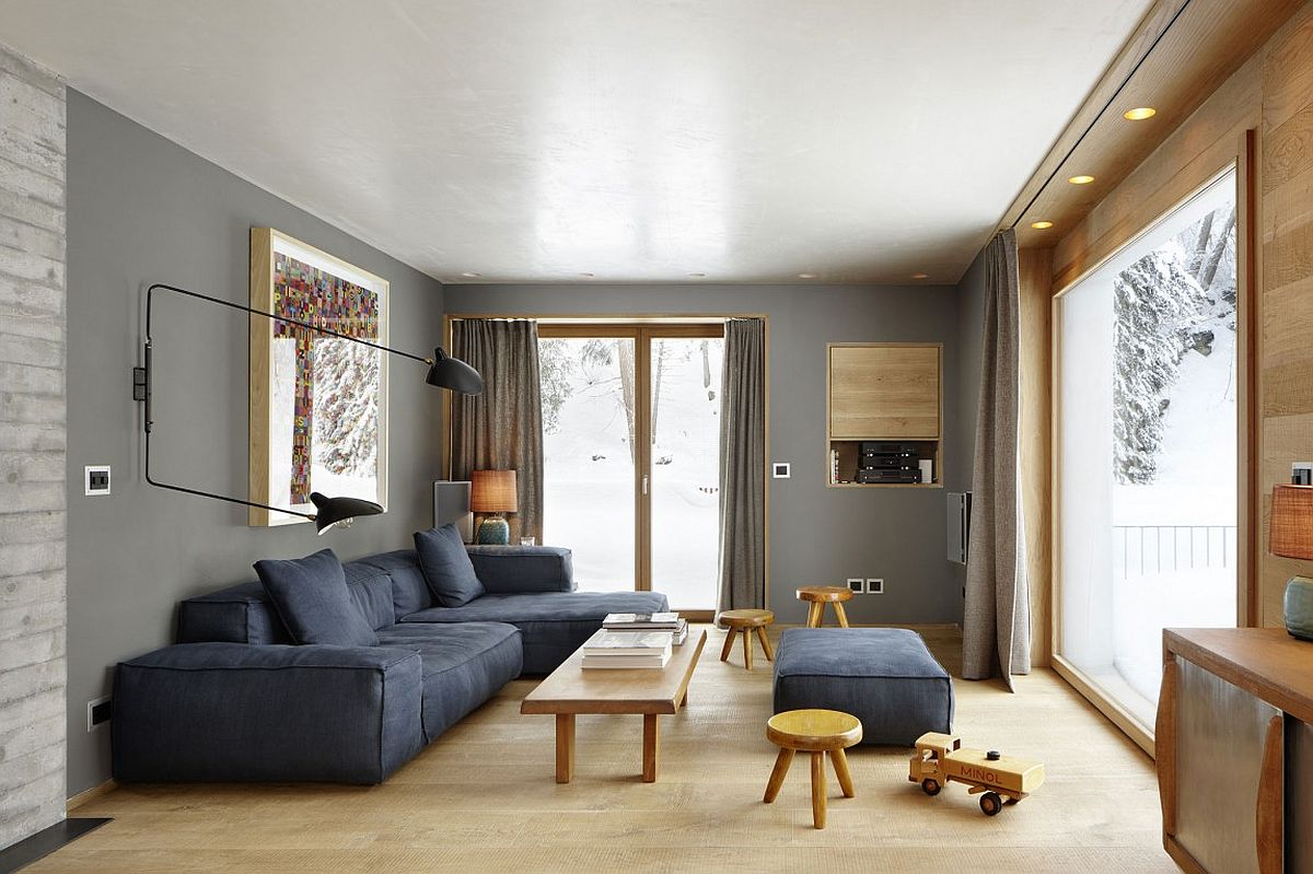 Concrete, solid oak and gray walls shape a beautiful living room