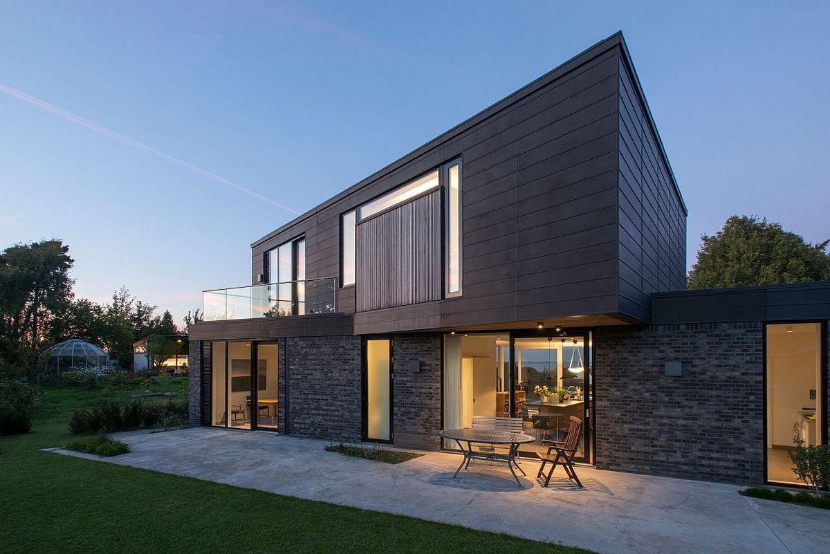 Dark patinated zinc strips give the exterior a unique visual