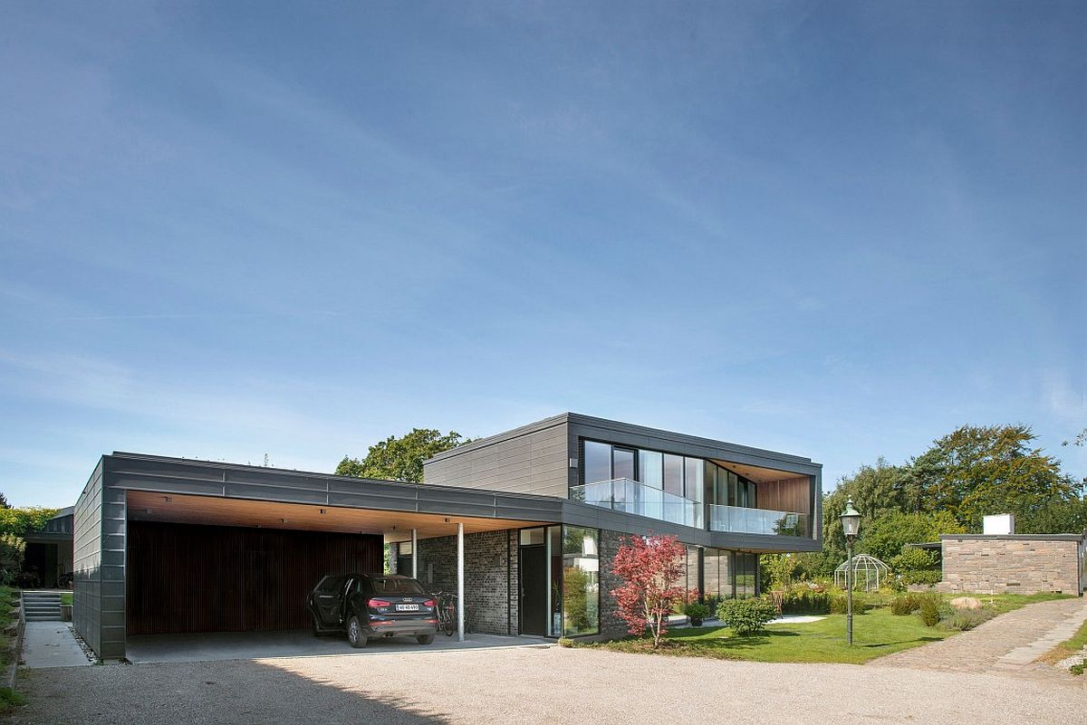 Entry, carport and rooftopgarden level at the expansive private house in Aarhus