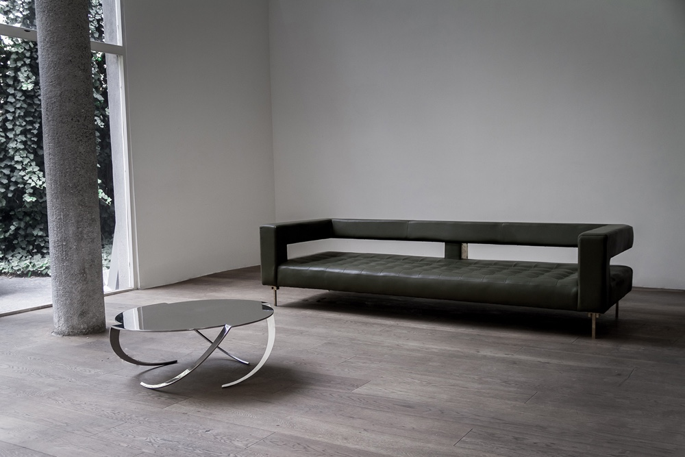 Espiral coffee table by Pedro Ramírez Vázquez and Air sofa by Alexander Díaz Andersson.