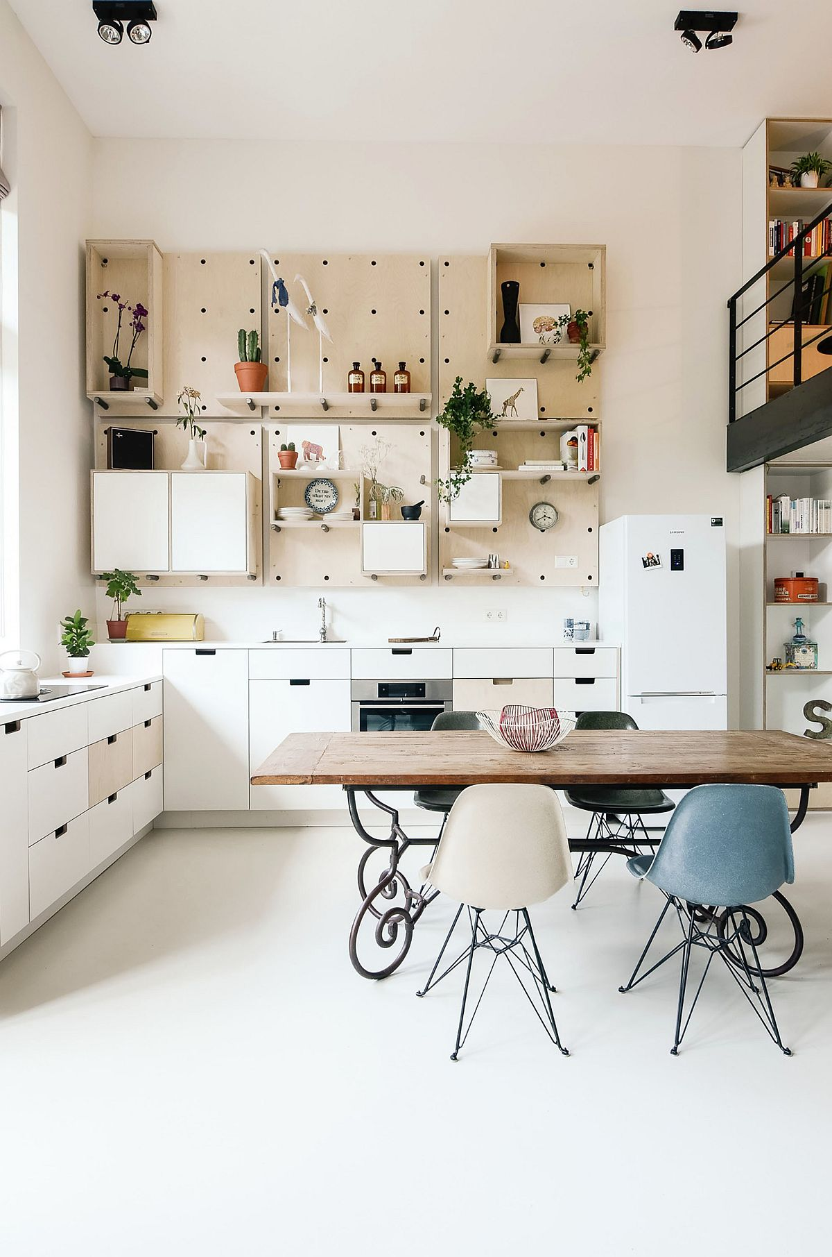 Flexible and smart pegboard storage system in the kitchen