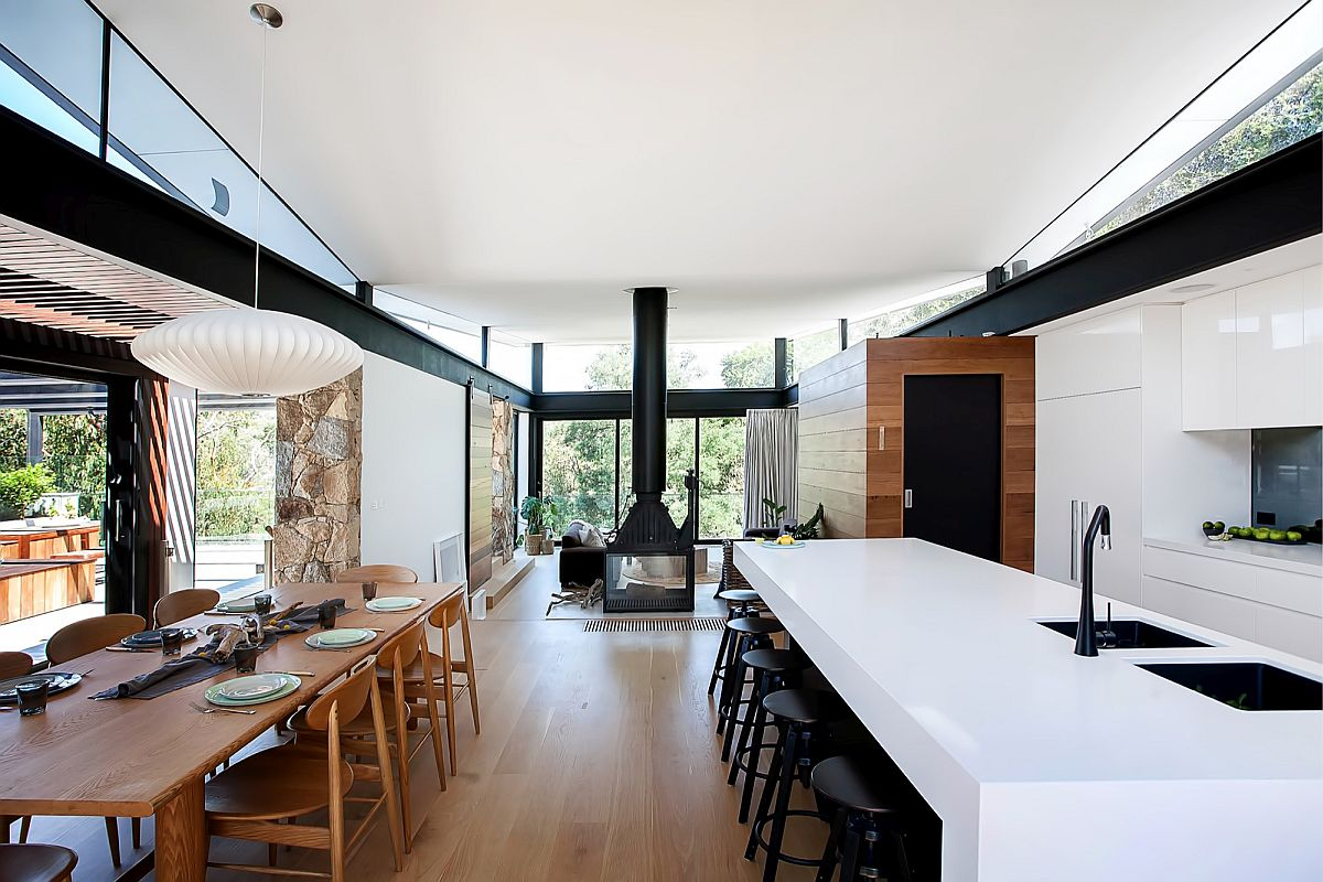 Kitchen and dining area of the Warrandyte Residence in Victoria