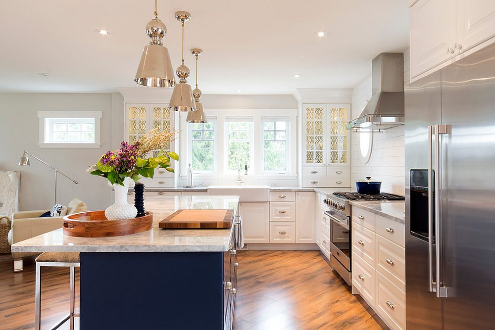 Sparkling trend 25 gorgeous kitchens with a bright metallic glint Kitchen design mixed cabinets