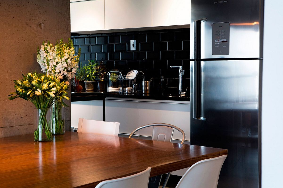 Nifty kitchen design makes great use of corner space