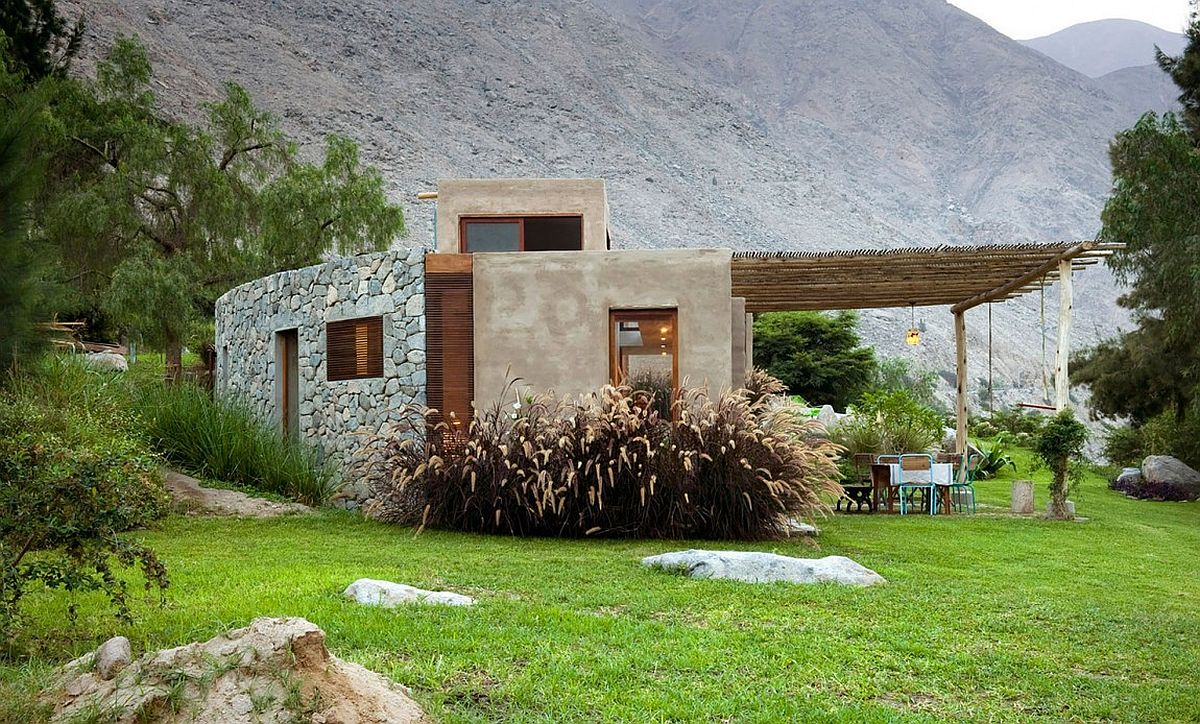 Organic design of Casa Chontay links it with the mountainous landscape