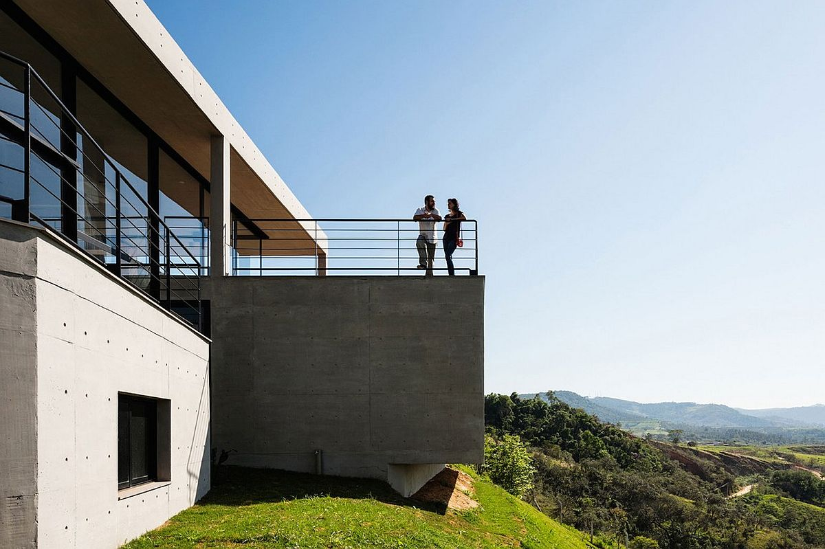 Reinforced concrete cast on site shapes the dashing Brazilian home