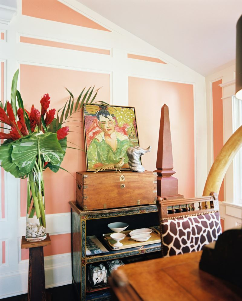 Sculptural obelisk in a rosy living room