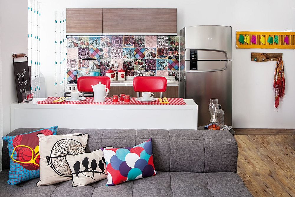 Colorful kitchen backsplash grabs your attention instantly [Design: Interior - Decoração Emocional / Photography: Alan Teixeira]
