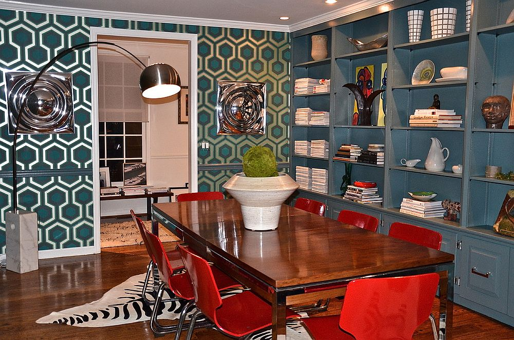 Iconic David Hicks wallpaper for midcentury dining room [Design: D2 Interieurs]