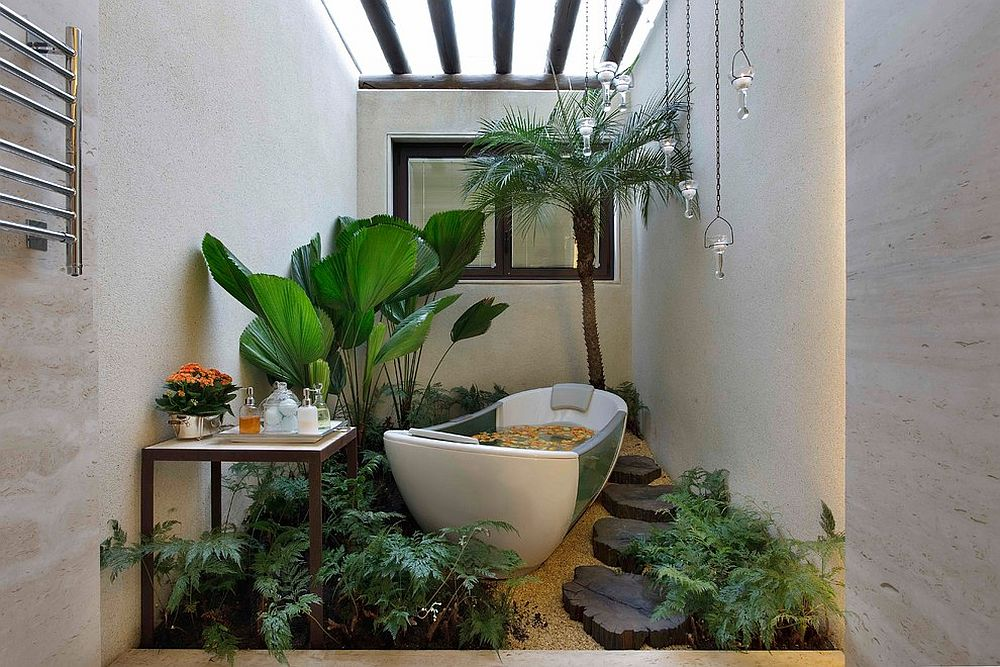Small bathroom with plenty of greenery and a skylight [Design: Eduarda Correa Arquitetura & Interiores]