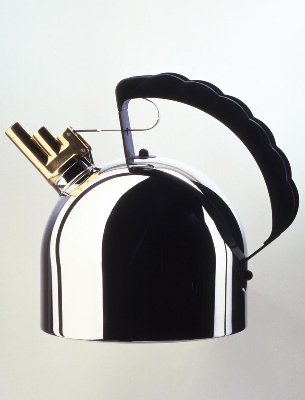 9091 (1983) kettle for Alessi. Image courtesy of Richard Sapper.