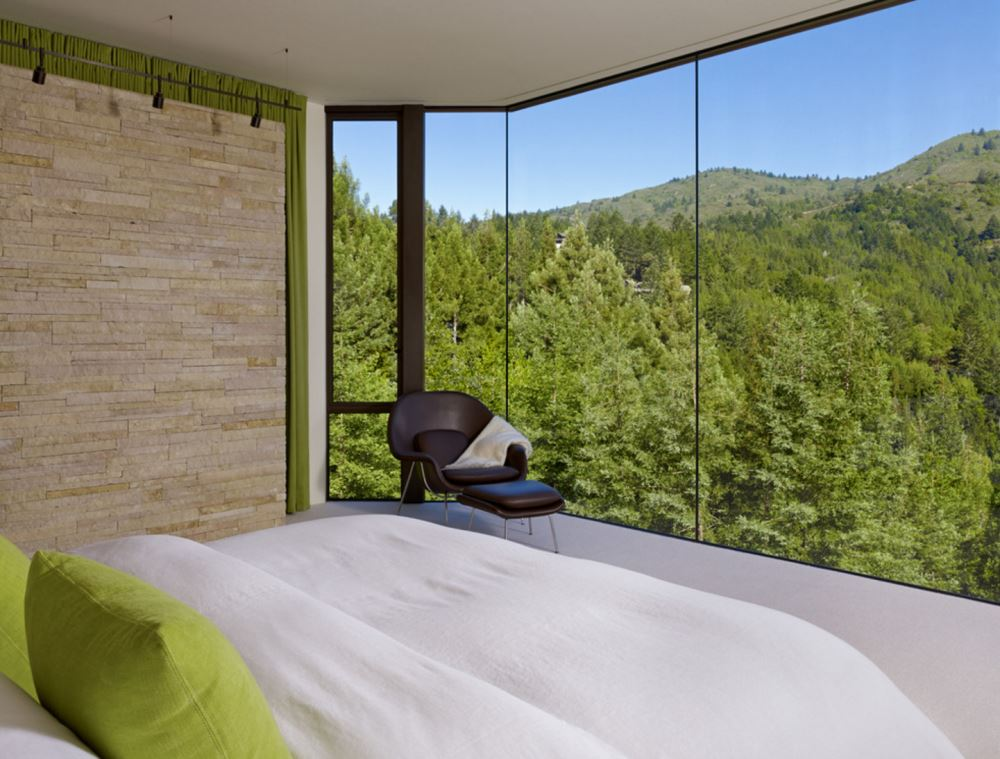 How to decorate a room with floor to ceiling windows for Floor to ceiling glass panels