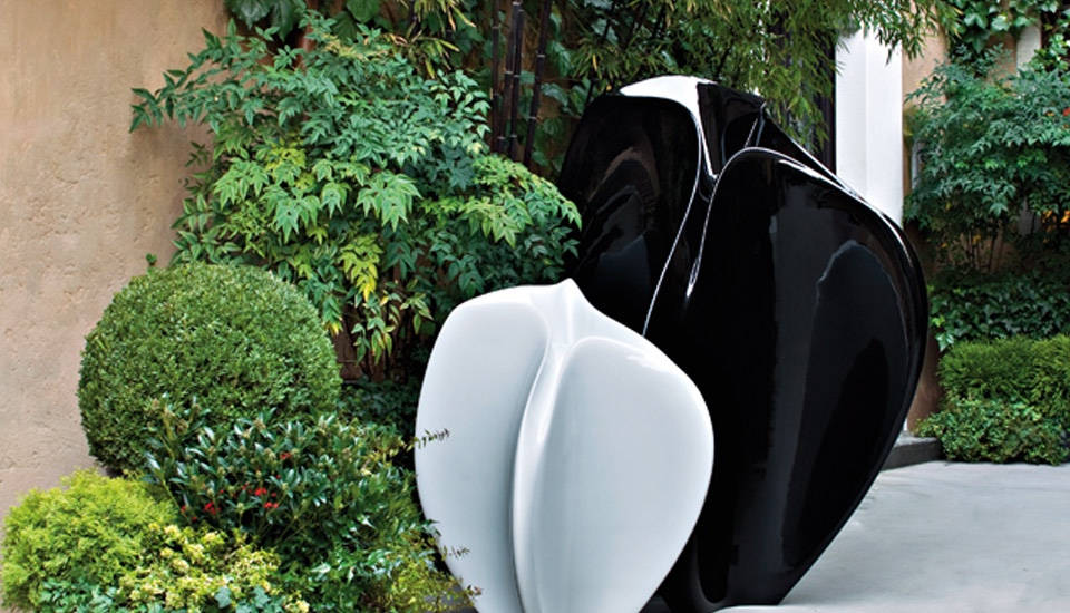 Serralunga Flow by Zaha Hadid in white and black. Image © Serralunga s.r.l.