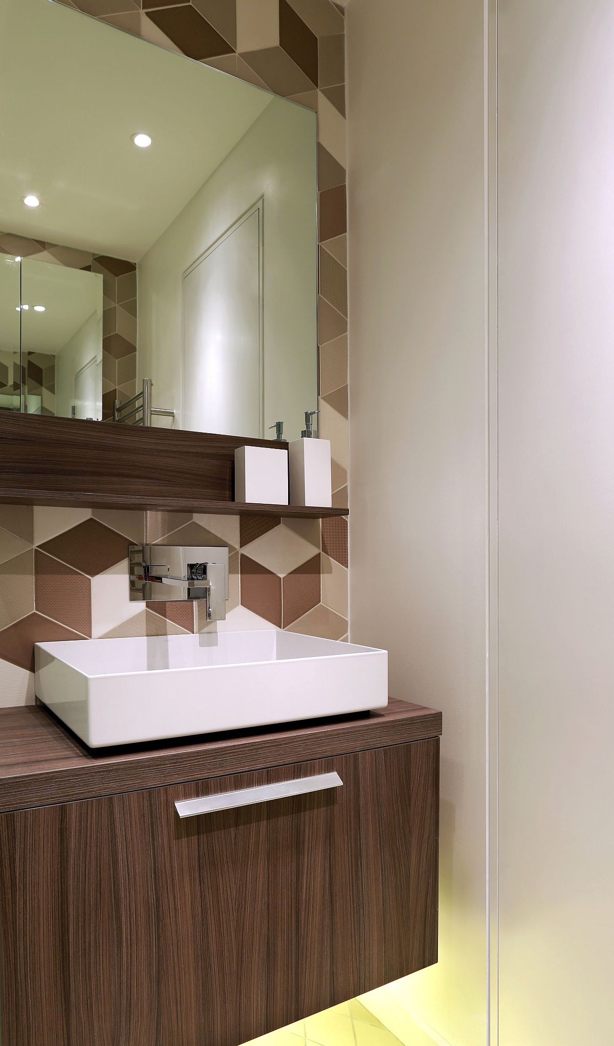 Shower room with a geometric backdrop
