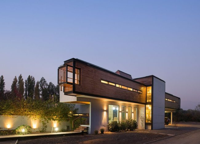 Rosales Quijada House: Striking Exterior and a Cantilevered Top Level