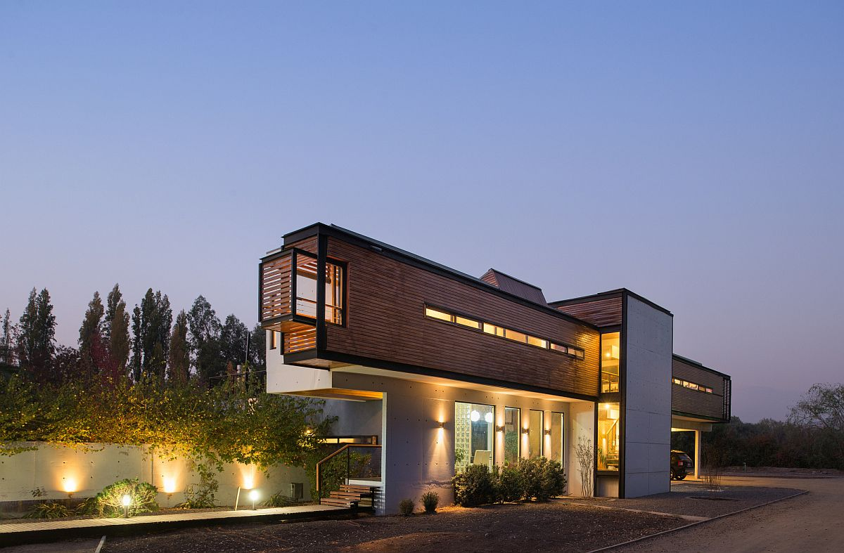 Sleek and contemporary structure of smart home in Chile