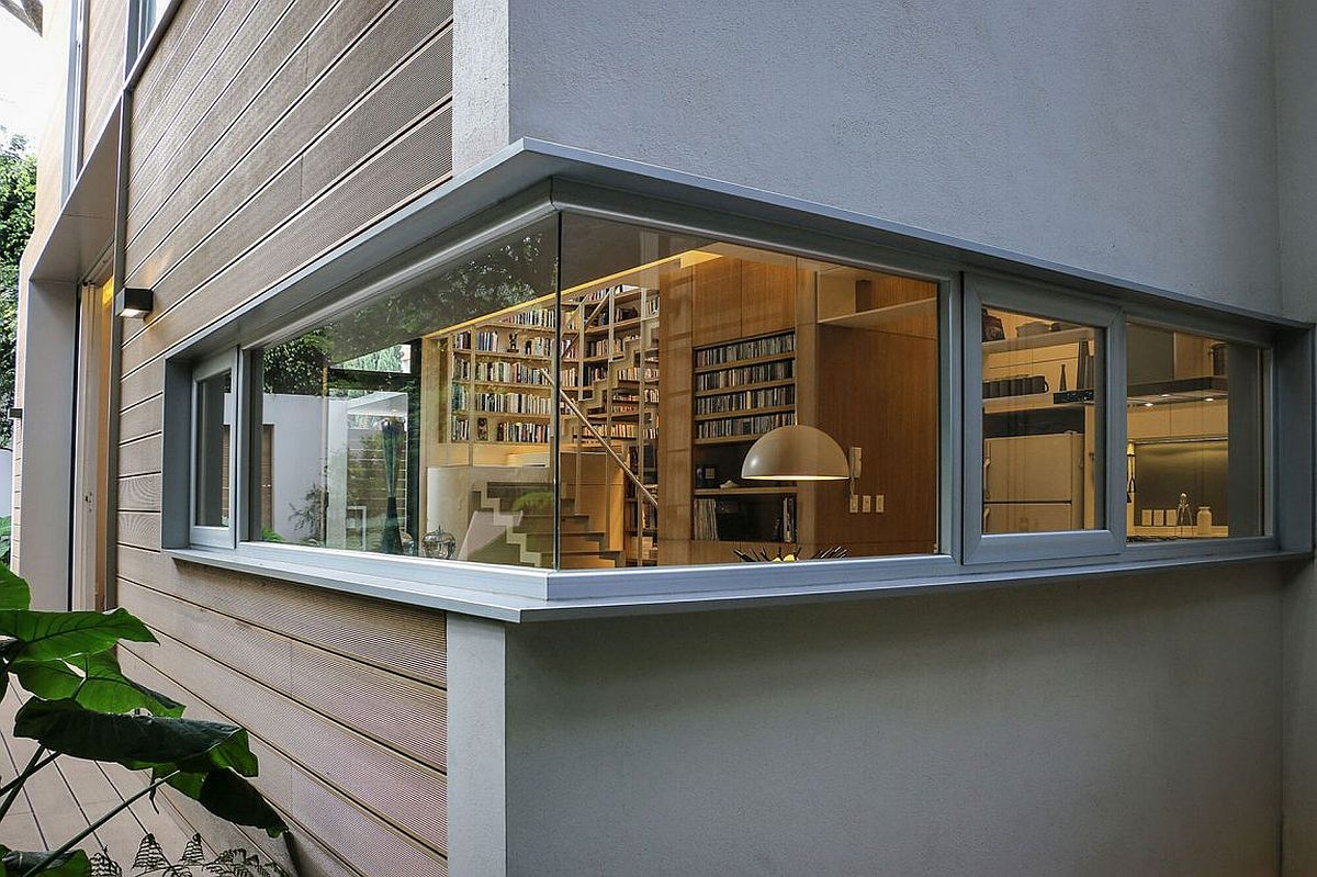 Smart use of corner window opens the living room to the yard outside