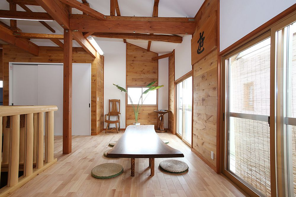 Traditional Japanese design coupled with modern aesthetics in the spacious dining area [From: nekosa-reform]