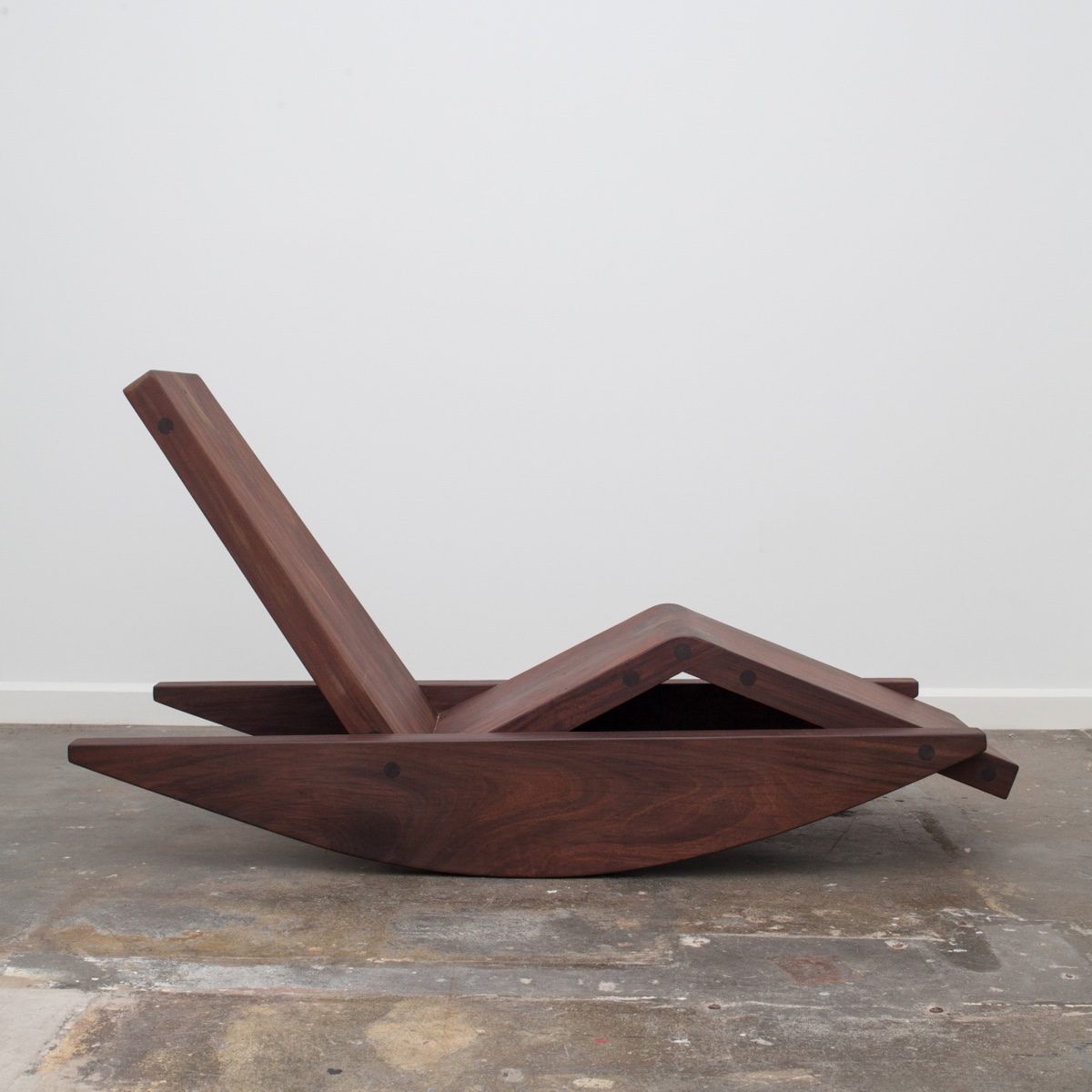 BalançobyZanini de Zanine is an ergonomic and sculptural chaise longue made usingreclaimed Ipê wood.