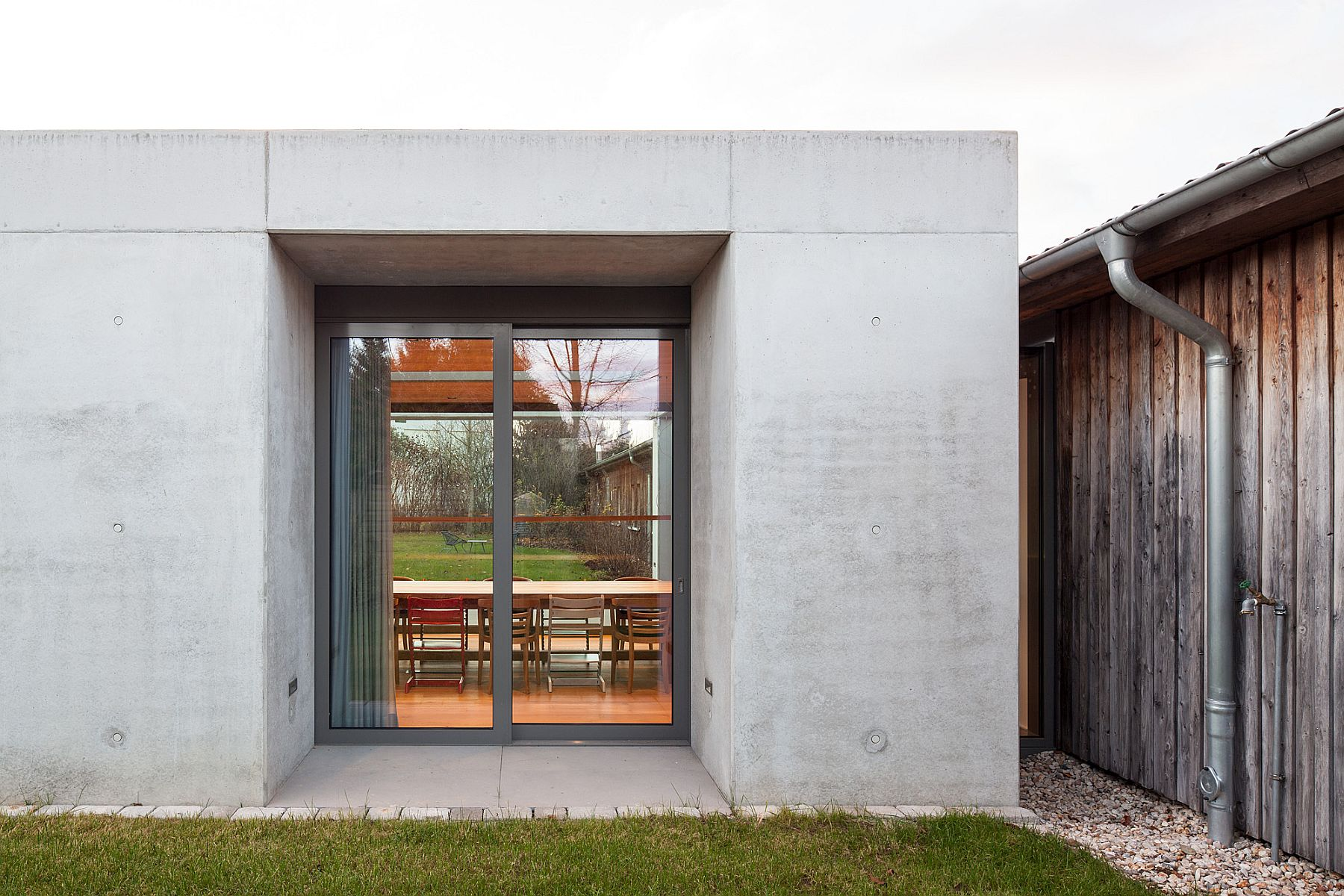 Concrete and glass shape the minimal and modern extension of the German home