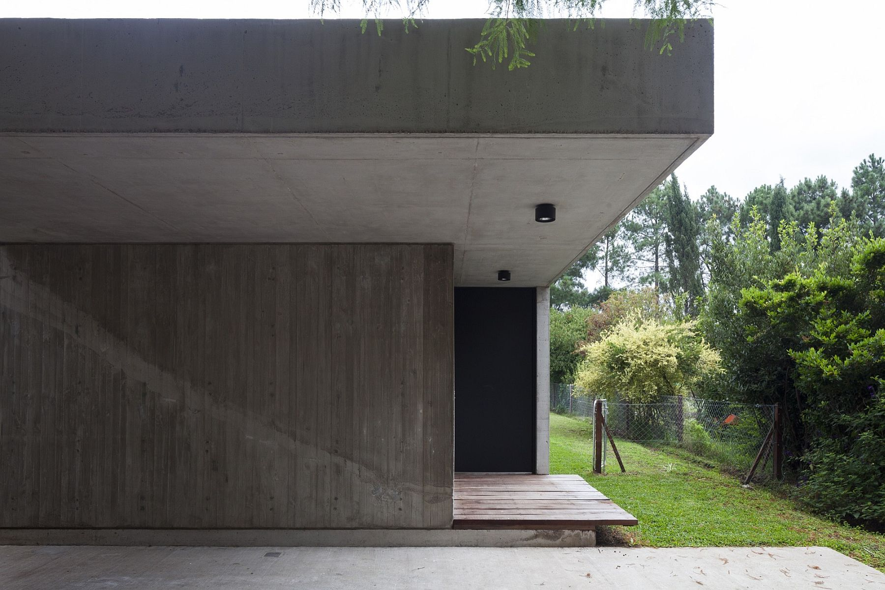 Concrete and steel shape the exetrior of the unique Buenos Aires home