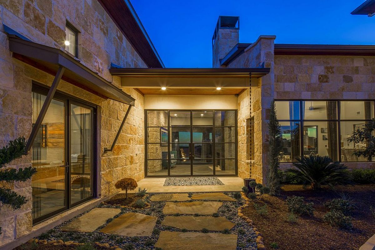 Design of the Texas residence allows you to look into the rear yard directly