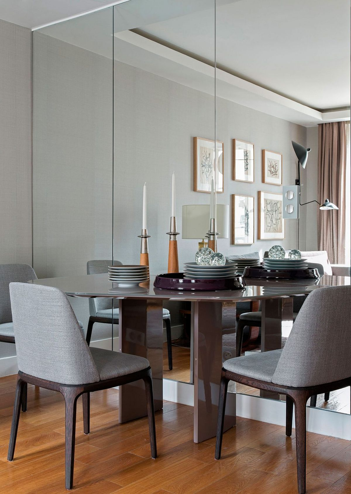 Enlarge the visual space of a room with mirrored walls