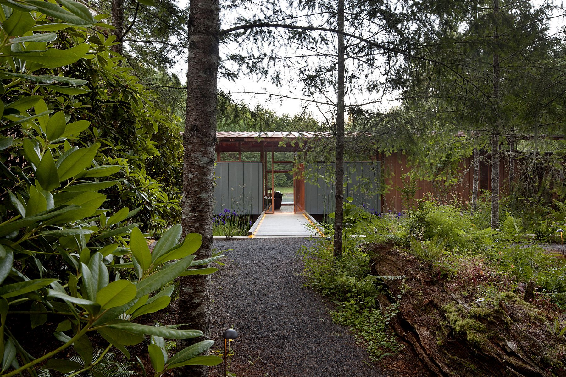 Entry to the exquisite green residence through stunning natural landscape