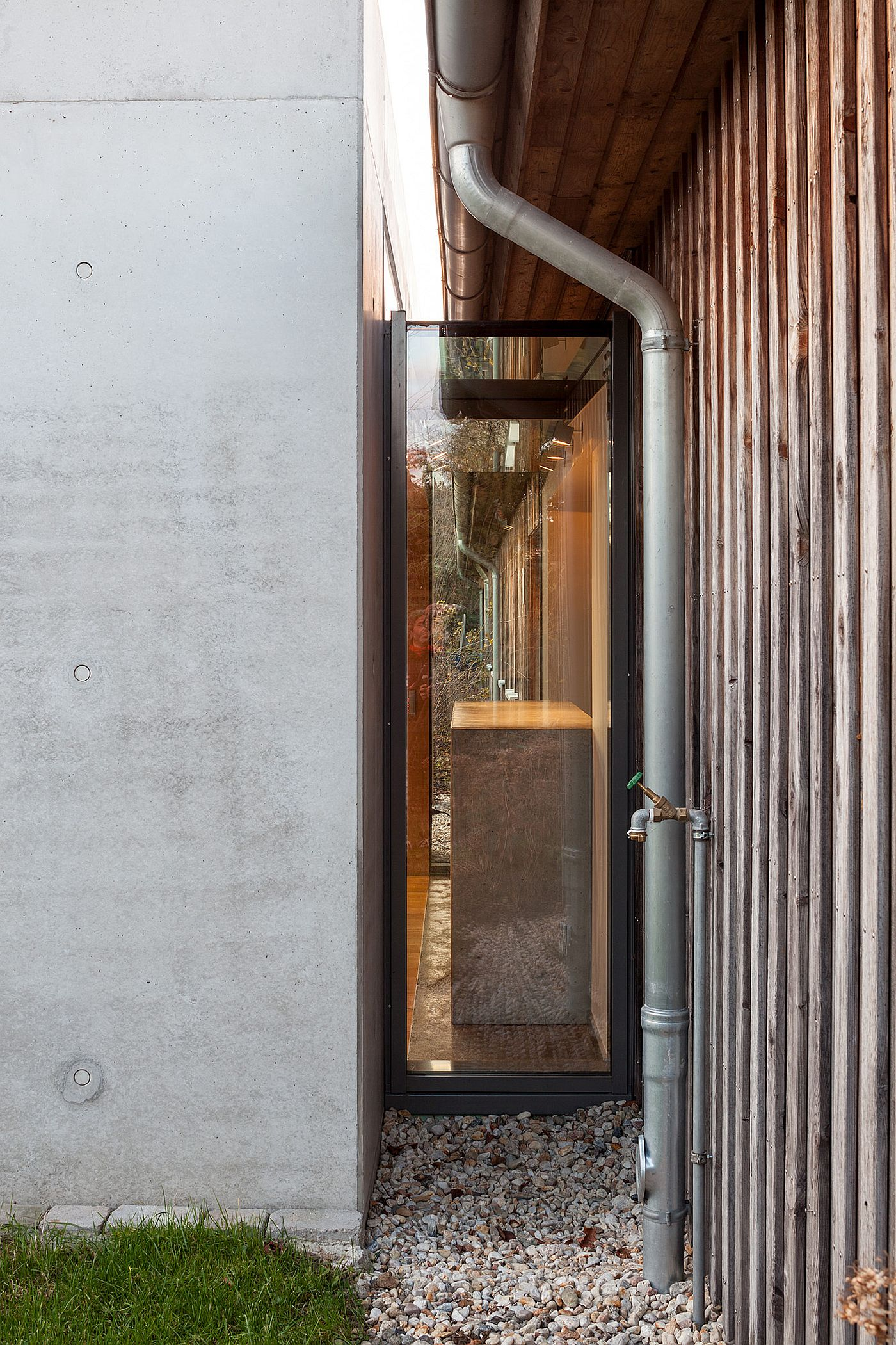 Glass doors and walls connect the interior with the landscape