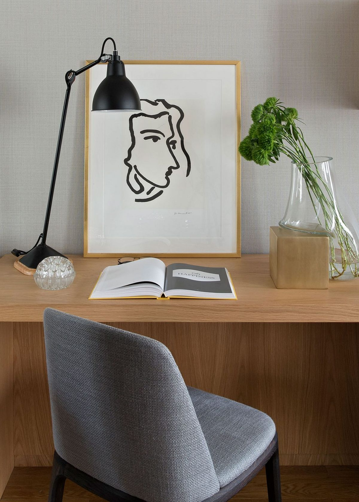 Home workspace that is simple and elegant
