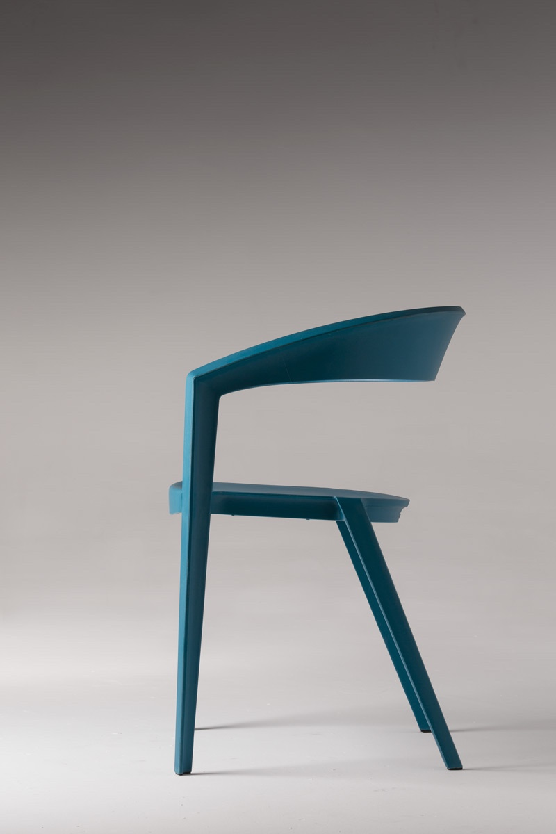 TheICZERO1 chair by Indio da Costa is made from a single piece ofhighly resistant polypropylene and reinforced with fibreglass. Cool and contemporary, the chair is available in a range of colours.