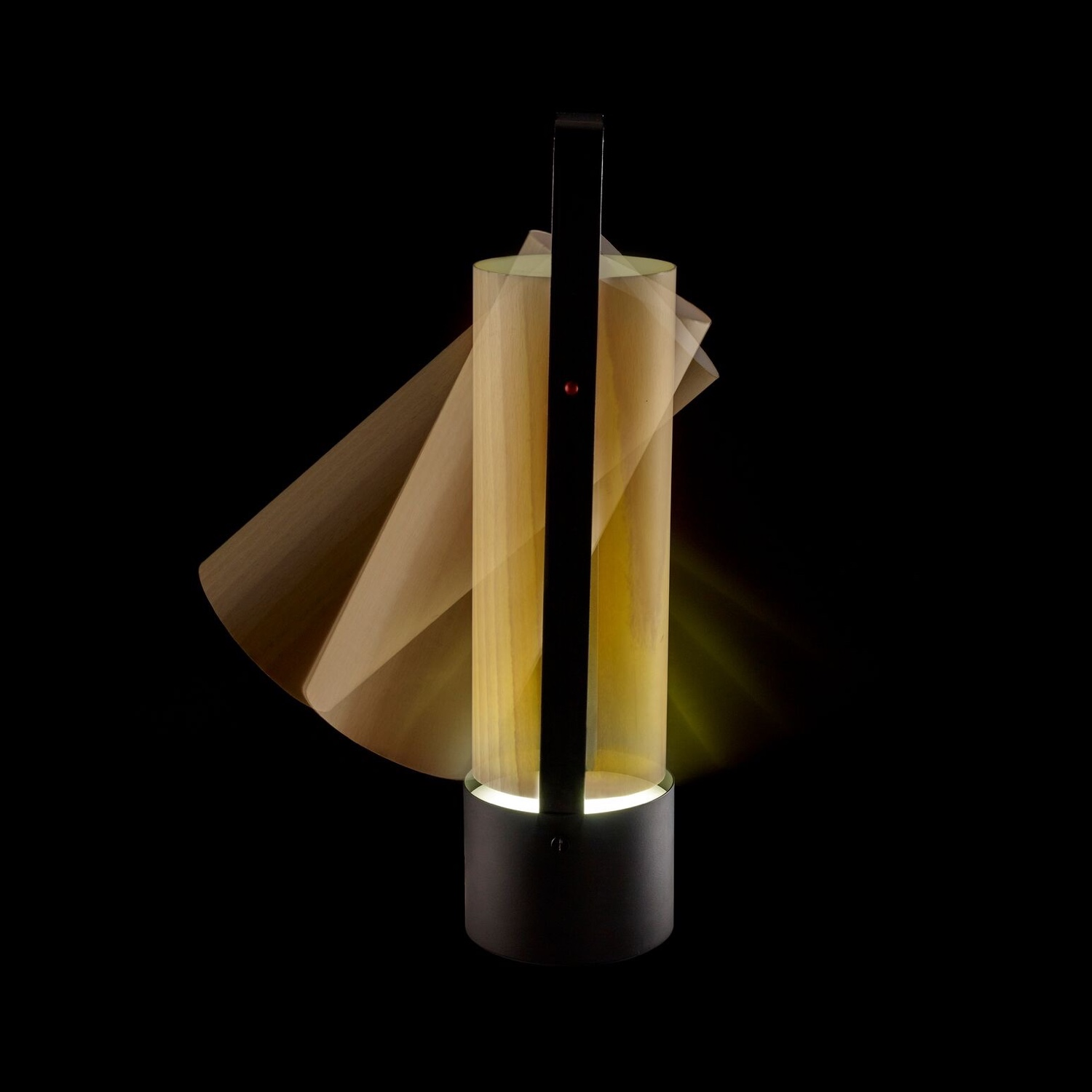 The LZF Pikniklampshade hangs freely.