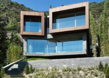Large glass windows and doors open the interior twoards the mountain view