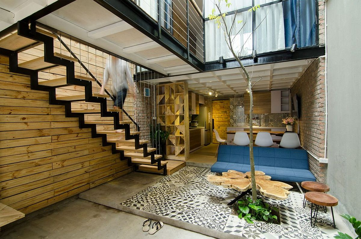Small home maximizes space and ventilation using a cool atrium for Atrium homes