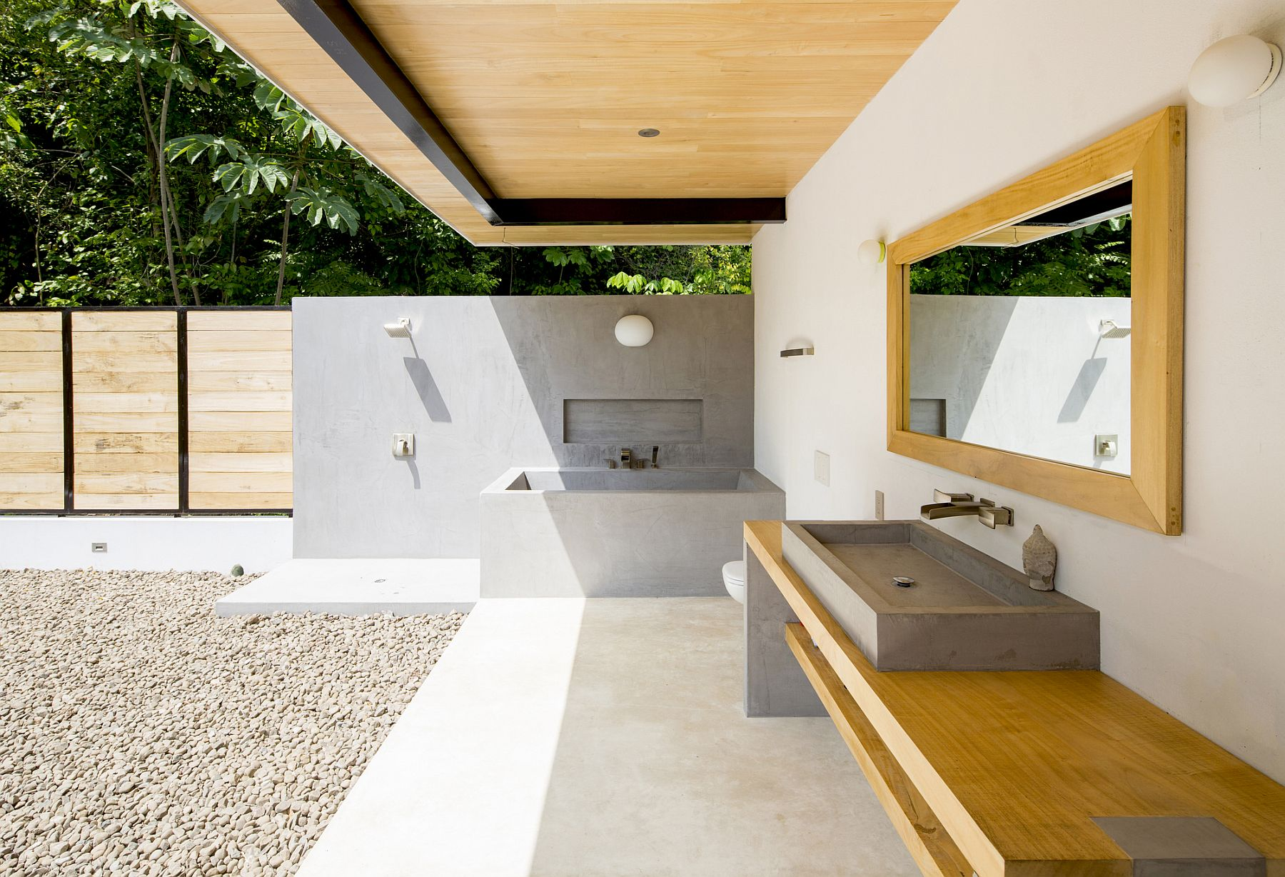 Minimal bath at the Ocean Eye brings the outdoors inside