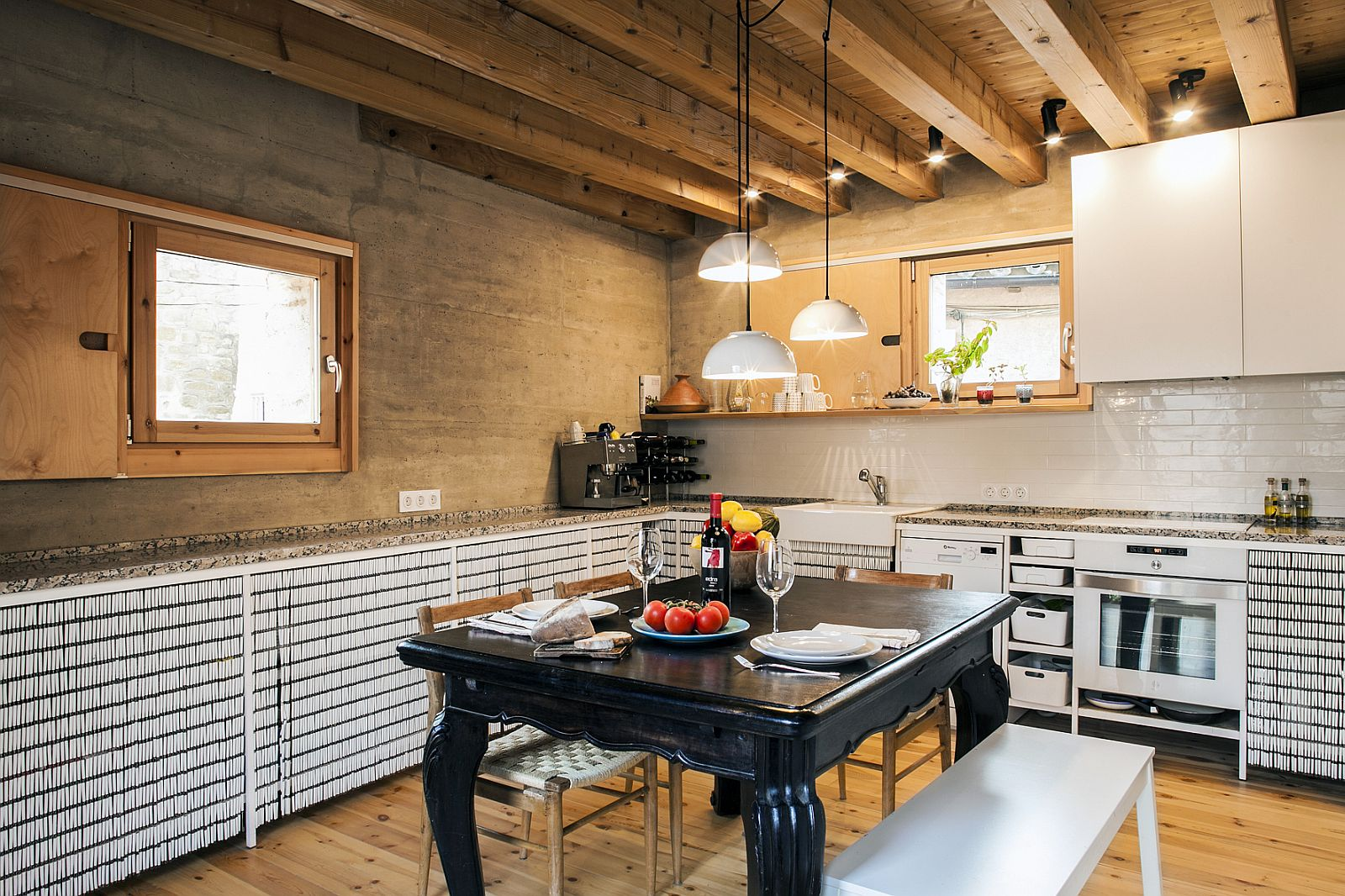 Modern rustic kitchen design with a beuatiful central table